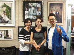 固い握手を交わすジョンジン室長(中央)とミンジ(左)。隣はさびしい私(笑)