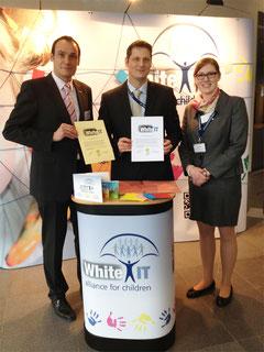 Bei der Urkundenübergabe: Thorsten Nowak (links) von der Geschäftsstelle White-IT und Markus Wortmann vom Sicheres Netz hilft. e.V. (Mitte)