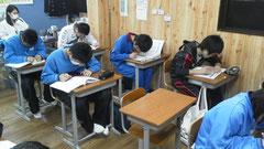 受験勉強をする中3生