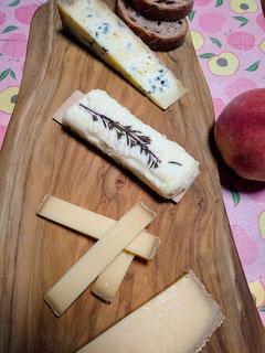 自宅でチーズ2。上からブルー  デ  バスク(羊乳)  ブシェット ド プロヴァンス(山羊乳)  グリュイエール ダルパージュ(牛乳)