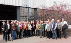 Die Teilnehmer der Führung vor der Fertigungshalle   Foto: BASF