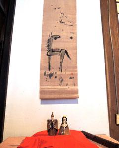 古民家民宿千屋アウトドアハウスの床の間の陶器のお雛様。掛け軸は干支の午。お客様が描いて下さいました!