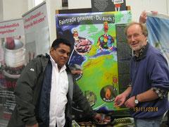 Naturfreund Hans-Werner Voß erläutert einem Kongreßteilnehmer aus Equador das Klimaprojekt