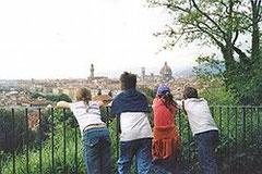 Bambini osservano la città