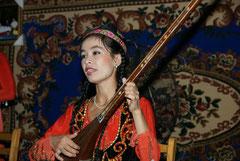 Uigurin mit Langhalslaute
