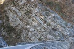 Dolomia Principale in strati rovesciati lungo la strada Regina Margherita