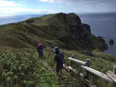 礼文島、桃岩を背に。も〜気持ちよくて走りたくなる!!!!