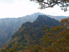 荒沢岳遠景、手前が前嵓。
