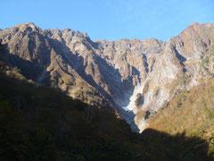 一ノ倉沢の壁へ向かって沢登りからスタート。ドキドキ感120%。