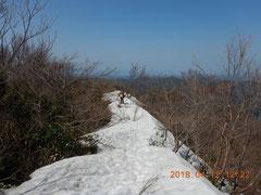 残雪の尾根。