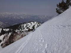 頂上直下の急勾配を滑る。