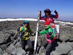 山頂は広くて岩だらけ、この日は風が強かった。