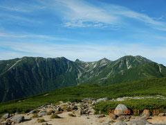 右奥は木曽駒。宝剣岳、山荘も見えます。「碑」からの風景。