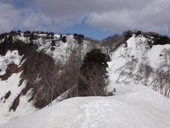 思った以上の残雪。左奥が山頂。