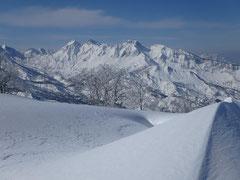 頂から左、烏帽子岳、右、前烏帽子、中央奥、阿弥陀山。