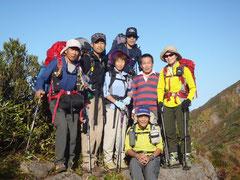 兎岳~中の岳の間で1泊2日組と会い、記念撮影