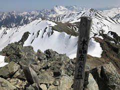 水晶岳山頂。近くに鷲羽、遠くに槍、穂高を望む。