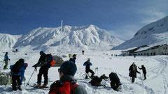 この時期の立山は雪を求めてスノージャンキーが集まります。