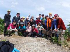 会員19名で無事山頂に到着。