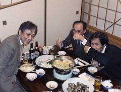 「ここの蛤、うまいやんけ」と絶賛の渕田親方(中央)