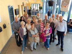 Die limitierte 17-köpfige Gruppe des Heimatvereins im dm-Verteilerzentrum.