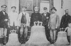 Pfarrer Roth mit den Arbeitern und den abgenommenen Kirchenglocken (1917)