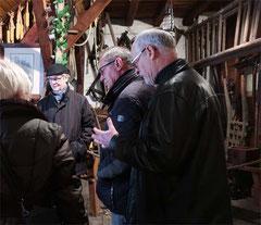 Oberbürgermeister Walter Heiler und Roland Herberger beim begutachen der Museumsschätze