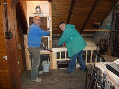 Bernd Machauer und Peter Hiltwein beim Umgestalten des Dachgeschosses