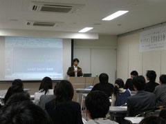 ▲ 報告会の様子。檀上が國井先生