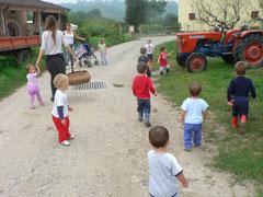 Bambini in passeggiata al Micro Nido Asilo Il Piccolo Kayak