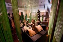 Epis de faîtage et tuiles faîtières dans l'exposition Ode à la pluie. © Mathieu Le Gall.