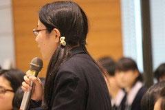 質問する仙台から来た三品万麻紗さん