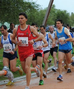 Antonio Cabrera dorsal 510, seguido por Juan Cabrera y Juan Valera, todos de azul y blanco.