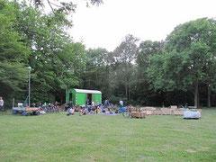 Die Wiese eignet sich hervorragend für geselliges Beisammensein - hier beim Eröffnungsgrillen (Foto: Regina Behme)