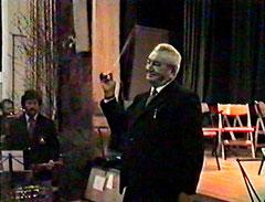 Alfons Teuber Dirigiert das Badner Lied.