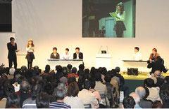 すてきな言葉と出会う祭典―「言葉の力」を東京からー(2010.11.03)で行なわれたバトルの様子 http://www.chijihon.metro.tokyo.jp/ より