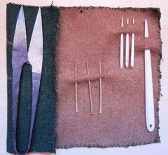 mittelalterliche Nähutensilien: Eisenschere, Messing- und Knochennadeln