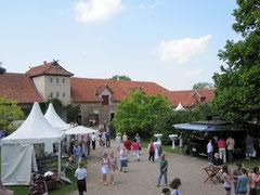 Rittergut Remeringhausen, Innenhof mit Blick auf das Torhaus mit Nebengebäuden