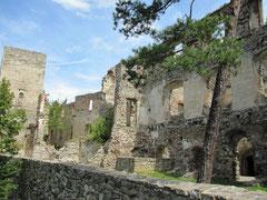 Burg Dobra, erster Bergfried und Burghöfe