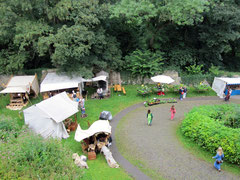 urg Schaumburg, Blick von der Hauptburg auf die Vorburg während des Mittelalterfestes