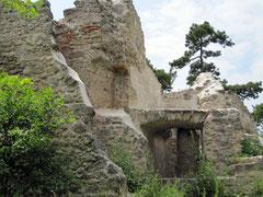Burg Mödling, Gebäudereste im inneren Burghof