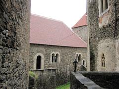 Burg Hardegg, Saalgebäude mit Ostturm sowie Bergfried und Wohngebäude mit der Kapelle im Vordergrund
