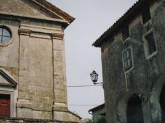 Kirche und Loggia, Hum