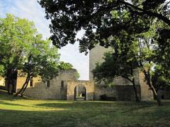 Burg Hainburg, äußerer Burghof mit Blick auf die Kapelle und den Bergfried