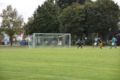 Felix Grüger freistehend vor dem Torwart des FC.