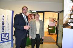 """Minister Schweitzer mit Werner Knauf bei der Besichtigung der Ausstellung """"Leben im Verborgenen"""" der Lost Voices Stiftung"""