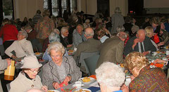 Gemeinschaft bei der Adventsfeier im Saal