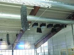 Nachträglich installierte Beschallungsanlage in der Eissporthalle Harsefeld:  2 Line-Arrays mit Endfire Bass-Array - dazu 4 Lautsprecher für die Versorgung hinter der Hauptbeschallung