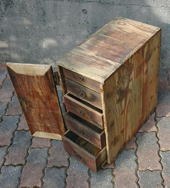大竹秀蔵が飴売りをしていたときの箱が残っている。(大庭紀元氏 蔵)