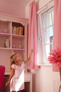 Kinder effektiv vor dem gefährlichen Fenstersturz schützen.  Mit WINFLIP mit vielen Zusatznutzen, da Kinder schon selbst lüften können.